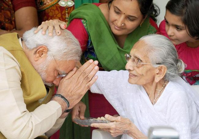 modi_takes_blessings_from_mother