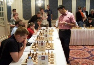 anand-palying-simultaneous-chess
