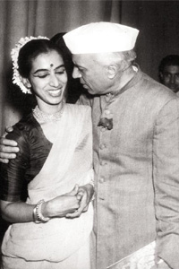 art-lover-nehru-congratulating-mrinalini-sarabhai-after-the-manushya-performance-in-delhi-courtesy-darpana-archives