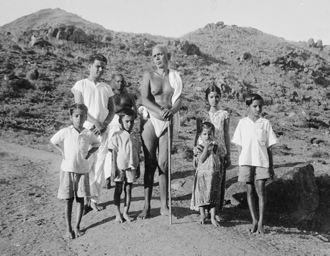bhagavan-ramana-and-children
