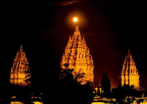 உலகின் மாபெரும் இந்து ஆலய வளாகங்களில் ஒன்றான ப்ரம்பனான் - (Prambanan) மத்திய ஜாவாவில் உள்ளது.